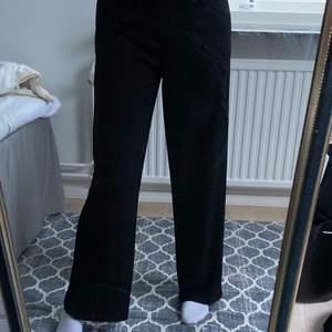 Kostymbyxor med band som man knyter i midjan! Väldigt skönt material och riktigt snygga, men tyvärr är de lite för korta för mig. Är 164 cm lång men har rätt långa ben, så om du är runt den längden kommer de nog passa bra! 💞