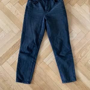 Säljer dessa snygga mom jeans från Ginatricot. Dessa är i jätte bra skick då jag köpte dom nyligen. Säljer pga lite för korta för mig. Original pris 600 kr. Köparen står för frakt!