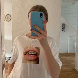 Ball nike t-shirt. Den är bredare i modellen än vad vanliga t-shirts brukar vara. Använd 2 gånger. Hör görna av dig om du har frågor💖