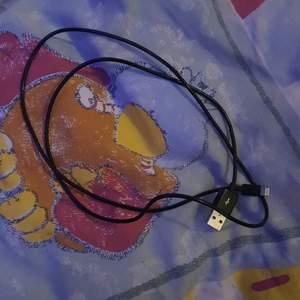 En laddare till iPhone, säljer då jag har annan mobil nu, funkar bra, 1 meter svart sladd utan adapter