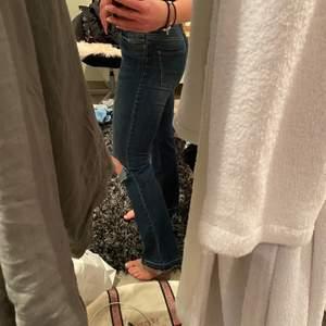 Snygga jeans från lindex med egengjorda hål på knäna. Tyvärr blivit för små för mig!!