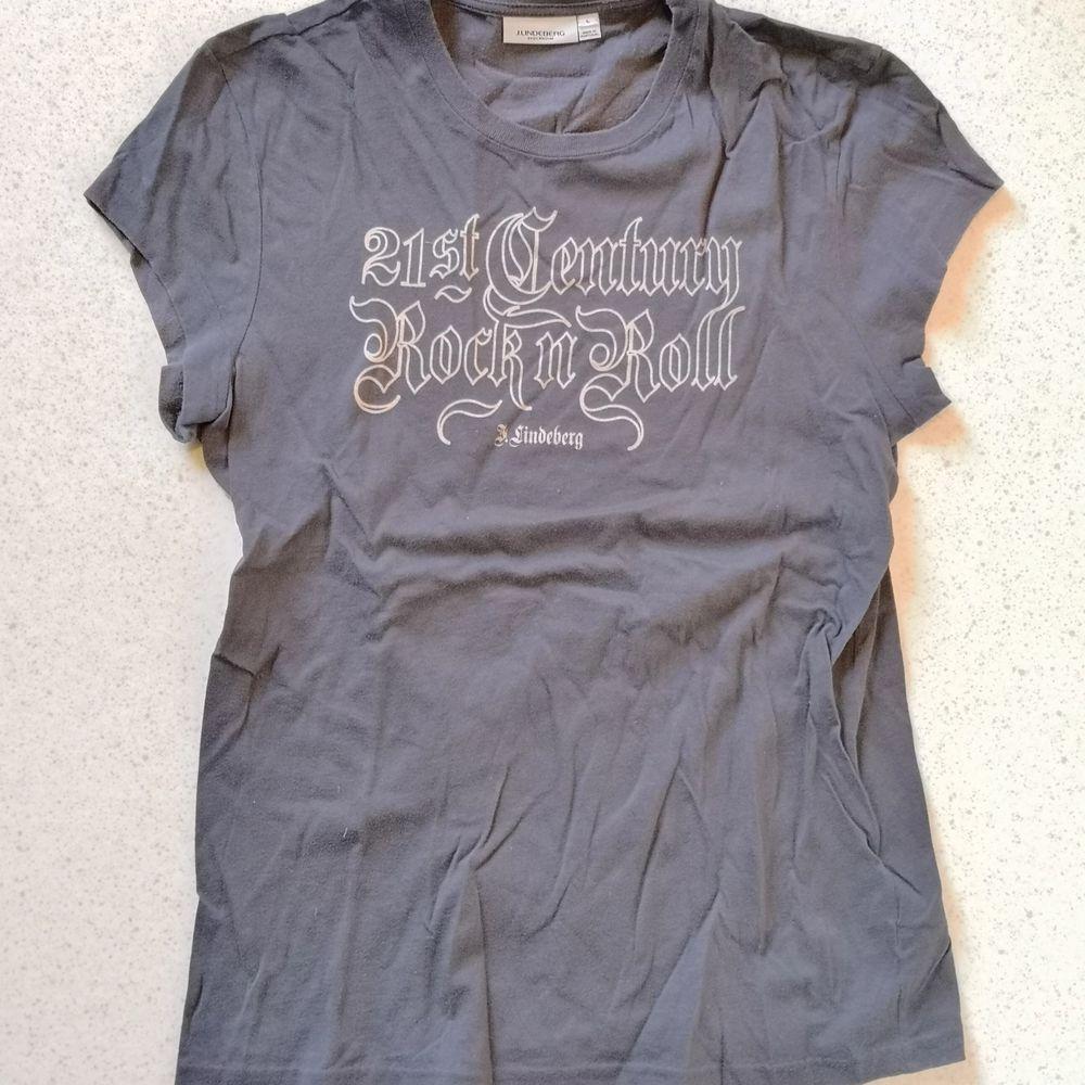 Grå tröja från J Lindeberg med tryck. Använd enstaka gånger. Står storlek L men passar mer som en M. . Toppar.