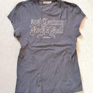 Grå tröja från J Lindeberg med tryck. Använd enstaka gånger. Står storlek L men passar mer som en M.