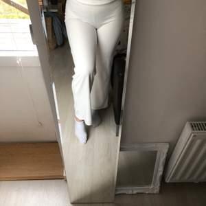 Snygga kostymliknande byxor som knappt är använda. Slutar vid min ankel och är ca 175 lång. Om fler bilder önskas skickar jag gärna.  Frakt tilkommer
