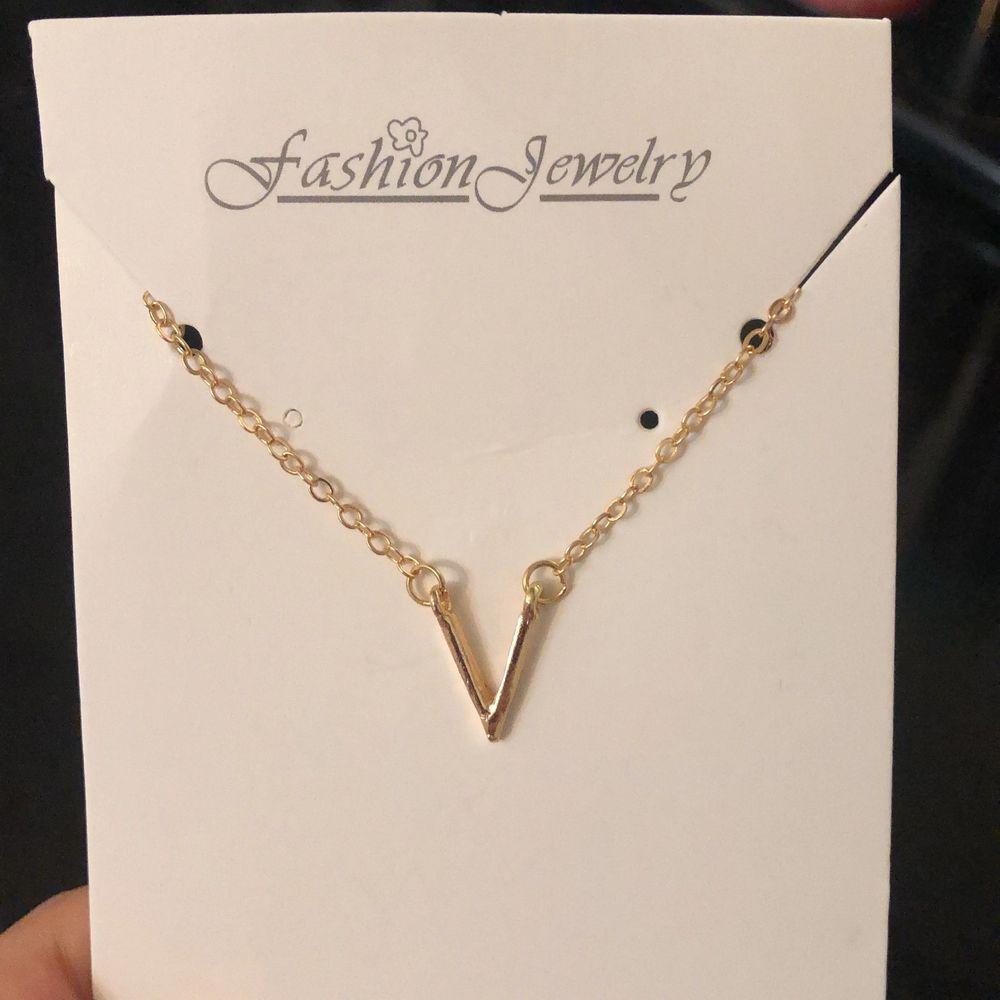V halsband, endast guld finns kvar! Perfekt för den som börjar på bokstaven V eller köps som present till någon annan, kan skicka fler bilder vid intresse ❤️. Accessoarer.