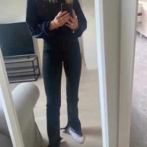Zara jeans med slits, säljer dem för att de har blivit försmå för mig