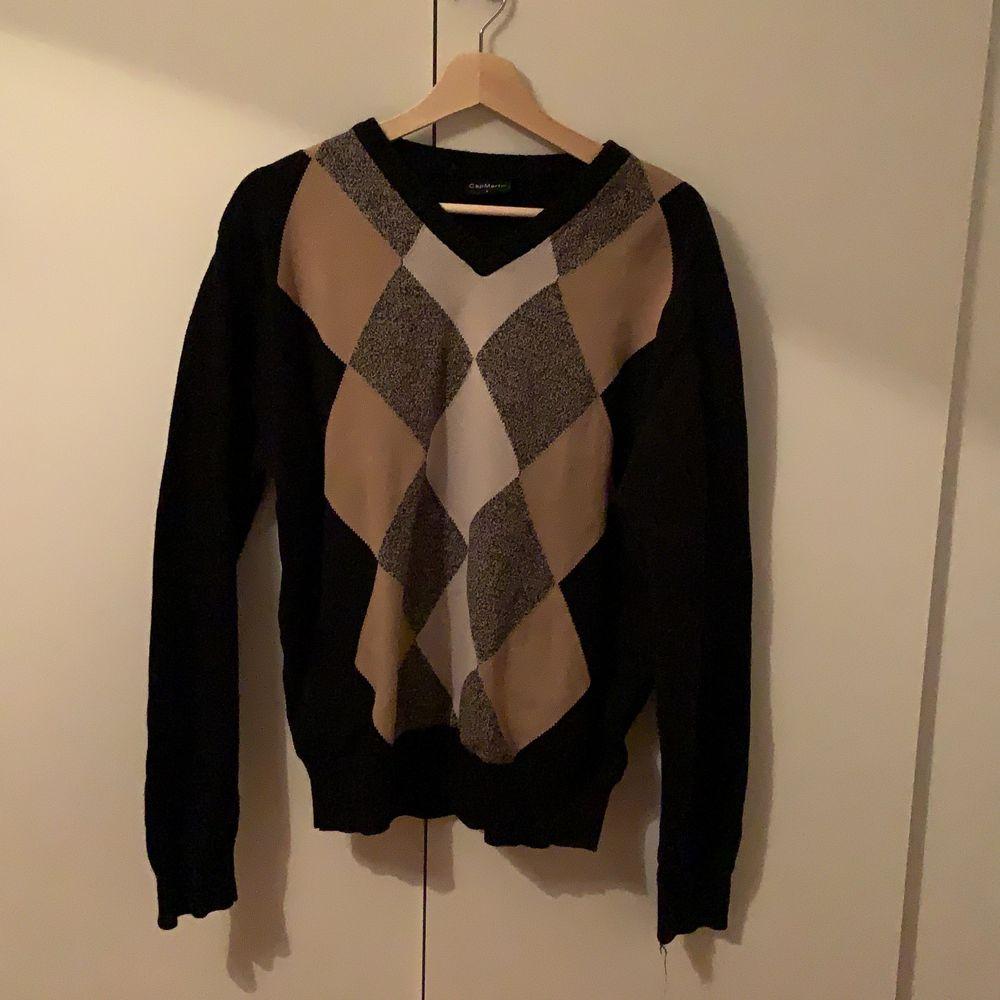 Fin stickad tröja i bra skick, sälj pga det inte riktigt är min stil . Stickat.
