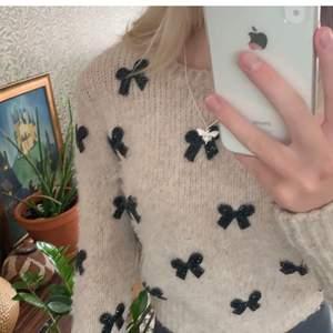 Stickad tröja med glittriga rosetter på!😍 Så fin och unik. Köparen står för frakt/möts eller kan leverera i danderyd.