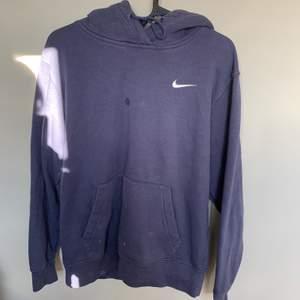 Nike hoodie i trendig blå färg och fint skick