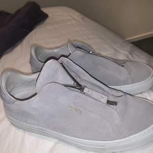 Snygga skor från Axel arigato, inprincip oanvända så väldigt bra skick😍 dustbag medföljer och fler bilder kan fixas om man vill🥰 säljer dom direkt för 700+frakt 99kr spårbar, pris kan diskuteras