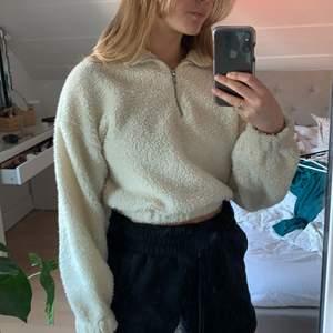 Fin tröja i Teddy från Gina tricot i en gräddvit färg, köparen står för frakten🤗