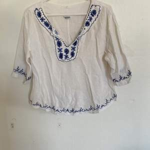 Nu säljer jag denna väldigt fina tröja. Storlek 38 och väldigt bra skick. Säljer då den ej längre passar. Hör av er för fler bilder:) köparen står för ev frakt