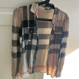 Äkta Burberry skjorta i väldigt fint skick! Storlek S.