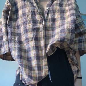 Vanlig skjorta, tappat några knappar ser man på sista bilden, därav så är skjortan instoppad, ser ändå bra ut.