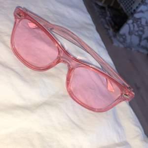 Ett par jätte coola rosa solglasögon! Aldrig använda, i bra skick! 🌸🌸