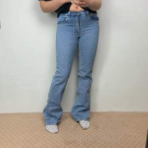 Äntligen ett par byxor för oss långa! Denna byxor är någon centimeter för långa för mig och jag är 177cm lång. Byxorna är ett par herr jeans, men är fortfarande super snygga. Jag säljer dessa eftersom jag har tröttnat på dessa byxor! Kontakta dm för intresse eller frågor!❤️