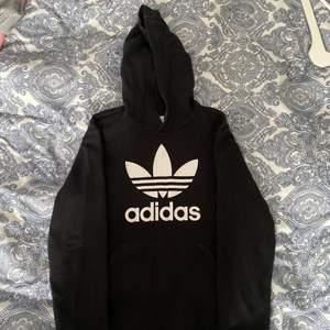 En svart adidas hoodie, storlek 164, sällan använd💓 (återkommer med fraktpriset när den ska skickas)💓