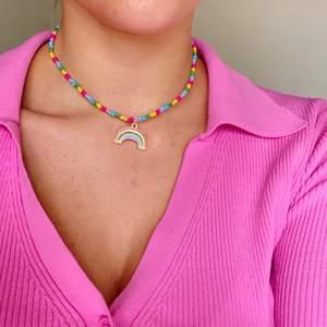 Jättegulligt pärlhalsband med berlock som låses i nacken🖤 går att få med andra pärlor/berlocker🖤 Pris är inklusive frakt!