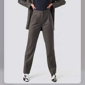 Detta är ett par bruna(åt de kalla hållet, doxk mer bruna i verkligheten)  kostymbyxor som jag köpte för ett tag sen (men aldrig använda mer än 1 gång ). De är de väldigt snygga och har otroligt fin passform vid röven och benen!!  Dessa är helt raka kostymbyxor. Köpte för 399kr