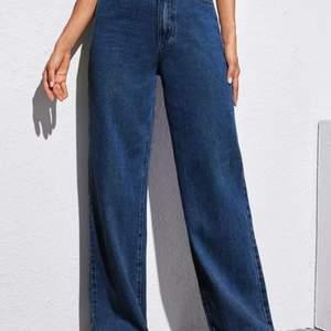 Ett par mörkblåa jeans från SHEIN i storlek M. De var större än jag trodde, skulle säga en storlek L eller större M. 💙 Endasr provade. Säljer för 220 kr + frakt.