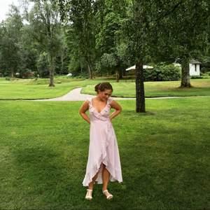 Jag hade denna jättefina rosa klänningen på min bal. Superfin i en soft rosa färg, volanger och lite skimriga prickar. 100% polyester vilket gör tyget jättemjukt.🌸🌼