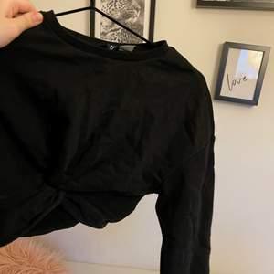 Sweatshirt med knyte croppad!