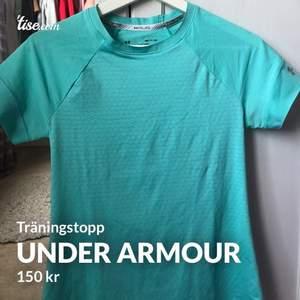 Super fin under armour träningtröja, blå med öppning i ryggen storlek S! Jätte fin kvalite precis som ny🥰 #träningstopp  #underarmour #tshirt #topp #tröja #träning