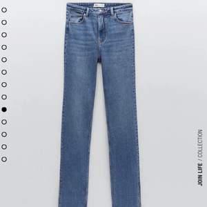 Jeans från Zara, storlek 32. Långa, höga, med slits nedtill. Raw edge. Klippt hål på ena knäet. Gott skick. Jag är 165cm.