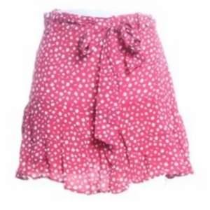 säljer min helt nya zara kjol som fortfarande har prislappen kvar. skriv görna om ni vill se fler bilder .strl s