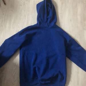 mörkblå hoodie från ginatricot , köpte den för ett halvår sedan har använt den max 10 gånger sedan dess, köpte den för 300kr säljer den för 150kr + frakt. inget fel på den, den kommer inte till användning längre.
