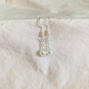 Dessa örhängen är så gulliga att ha på och är även nickelfria! OBS: endast örhängeskroken är nickelfri!!funkar till vardag som fest!