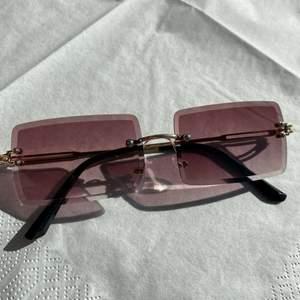 Helt nya 2000s solglasögon i 3 olika färger med gulddetaljer inkl fodral. STYCK PRIS