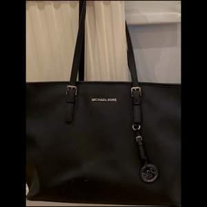 Äkta Michael Kors väska, fint skick med knappt synliga defekter, rymmer väldigt mycket, läderbevis ligger inuti väskan, pris kan diskuteras!