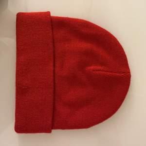 Röd mössa från monki. Köpare står för frakt!