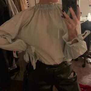 """Ljusgrön / mintgröna blus från Gina tricot med knyte i armarna och bak i nacken så man kan justera hur mycket """"polo"""" men vill ha den i nacken. Använd endast 1 gång💖"""
