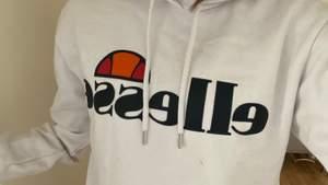 Säljer nu min fina ellesse hoodie då den aldrig kom till användning. Den är fint skick men sitter lite tajt. Köptes för 800, priset kan diskuteras.