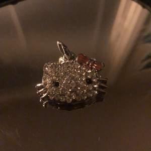 Kollar intresse för min Jättesöt hello kitty berlock/hänge💓 väll bevarad ej rostig eller något annat, alla diamanter på!