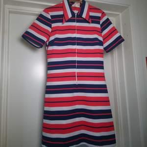 Fantastisk vintageklänning med typisk 70-talskrage. Dragkedja fram. Storleken passar bra på 36/38, tar mått om du behöver🌻