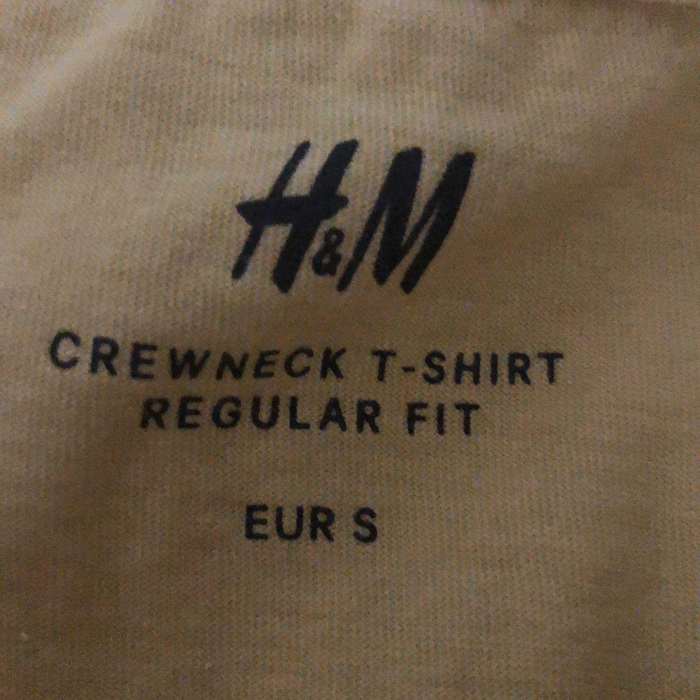 En HM Crewneck Regular fit i strl S Gul. Inköpt vår 2020, använd endast 3-4 gånger. Mycket gott skick och felfri. Nypris: 50kr. T-shirts.
