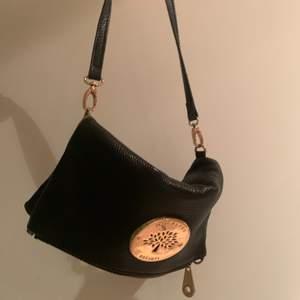 Intresse koll på min Mulberry väska, svart väska i perfekt storlek, den är använd men har inga defekter överhuvudtaget!💗 Bud just nu: