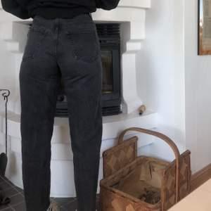 Säljer dessa jättefina Weekday jeans! Helt fria från fläckar och skador och har knappt använt de. Storleken är 28/28 och i färgen Echo Black. De är ankellängd på mig som är 170. Nypris 500kr men säljer dessa för 175kr + frakt ❤️