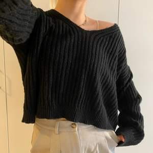 🦋 svart, croppad, oversized stickad tröja. något nopprig, syns på bild 3. visas på mig som är 174 cm lång. 🦋 frakten är ej inkluderad i priset! 🦋