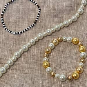 Egentillverkade armband och halsband! Valfri längd!❤️❤️       Skriv privat eller i kommentarerna om ni är intresserade🚀       Tunnt pärlarmband: 30kr                                     Pärlarmband med tjocka pärlor: 35kr                               Pärlhalsband: 75kr