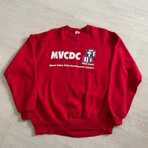 Röd graphic sweatshirt i strl XL, passar bra oversized om man har mindre strl. 66 kr spårbar frakt.  Skicka meddelande om du vill köpa eller vid frågor/fler bilder! Notera att små defekter kan finnas då den inte är ny. Större brister nämns tydligt i annonsen/visas på bild.