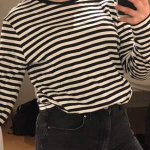 Randig tröja i bra kvalité och endast använd en gång, den är i strl S men är ganska stor för att va S så skulle passat en M också