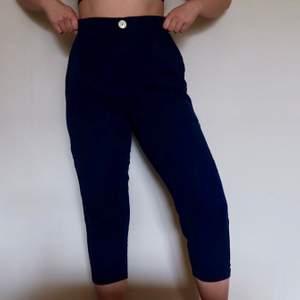 Sköna marinblå byxor från zara. Kan samfraktas med annat.