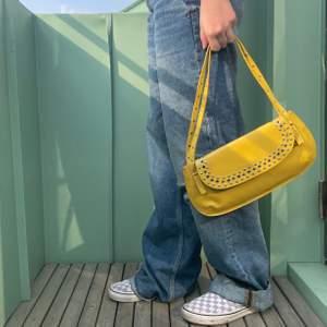 Vintage väska köpt på second hand! Trendig modell och det finns mycket utrymme för att vara en minibag!Den har as coola detaljer så som nitar💛😍