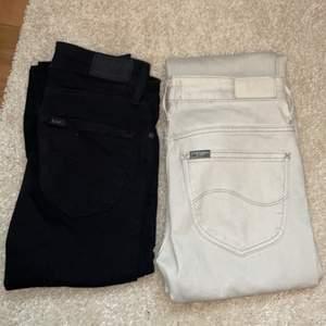 Skinny jeans från märket Lee, ett par svarta helt oanvända och ett par vita som är använda. Dem vita är en storlek större men har krympt i tvätten så skulle säga att det är en 24 den är vitare i verkligheten men ändå inte vit. Dem svarta är storlek 24. Dessa jeans är lågmidjade. Vita=300+frakt svarta=500+frakt kan köpas tsm för 700+frakt❤️ frakten är ännu inte räknad, tar ej emot prutning.