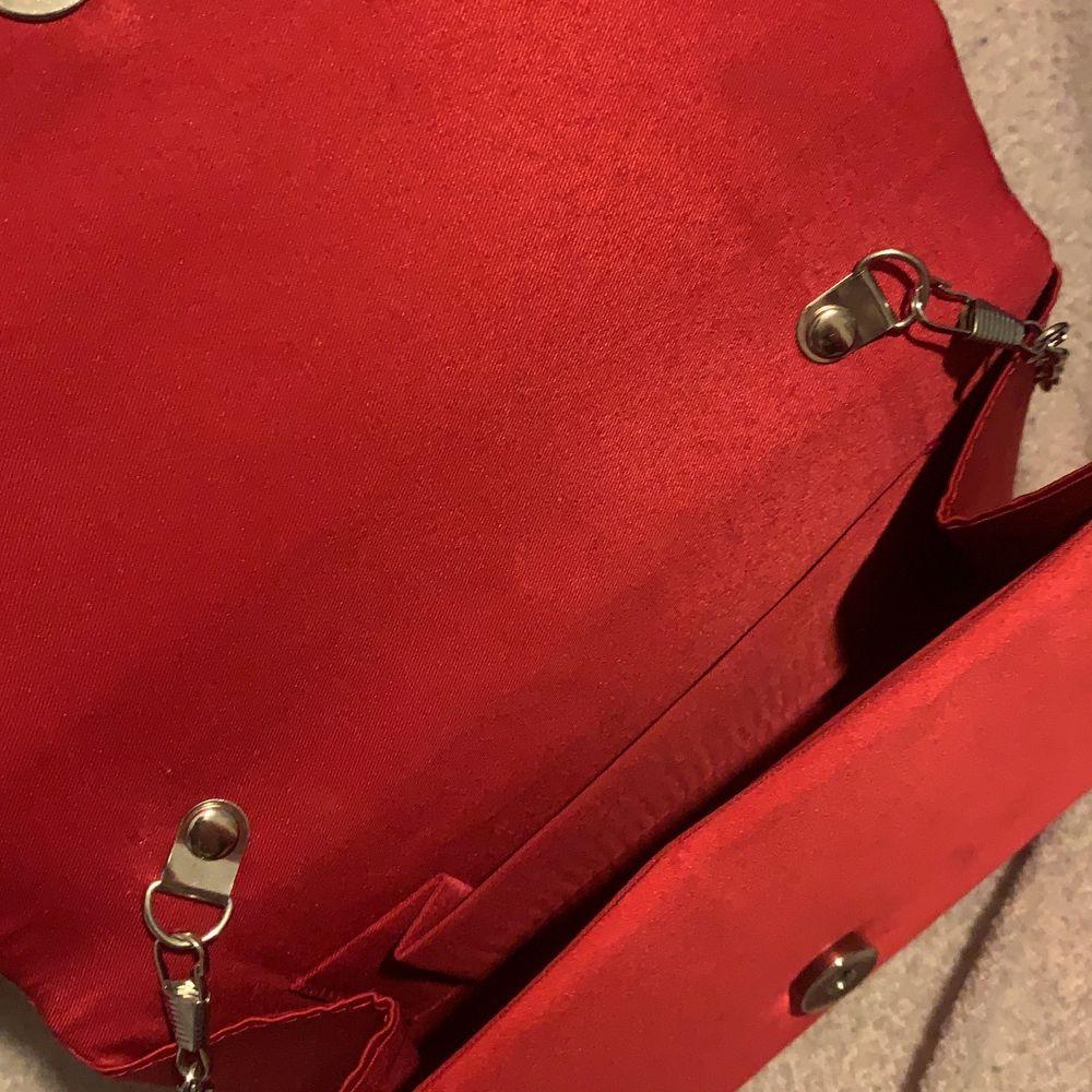 En fin väska att ha fick den i present men ej använt den så tänkte sälja den❤️nypris 300 säljs för 100. Väskor.