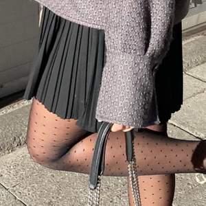 Svart söt plisserad kjol från Zara strl M men har snöre i midjan så sitter som xs/S också. Knappt använd därav helt nyskick, köpt för 400kr. 🤎 (Första bilden lånad) bjuder på halva frakten vid snabb affär
